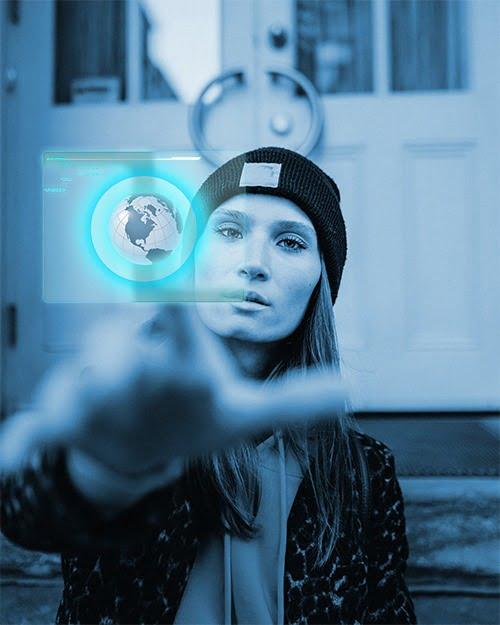 Image futuristique d'une femme appuyant sur un écran tactile en sustension dans l'air